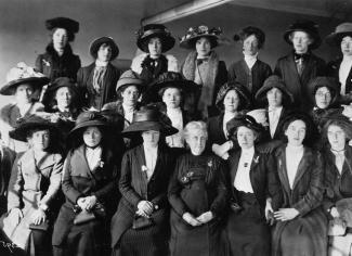 Photographie d'un groupe de femmes bien accoutrées faisant la pose.