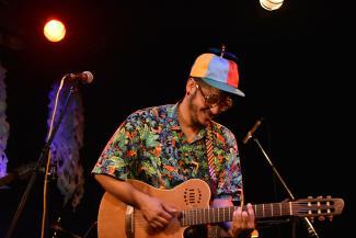Alexander Betancourt [Ramon Chicharron] sur scène avec sa guitare