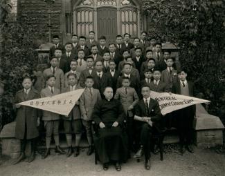 Des élèves chinois posent devant l'Académie du Plateau avec l'abbé Roméo Caillé.