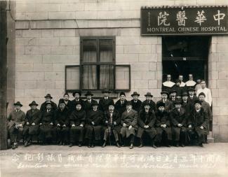 Les responsables de l'hôpital chinois ) et les soeurs Marie-du-Saint-Sacrement, Marie-de-la-Visitation et Gertrude Campbell sont photographiés devant le premier bâtiment de l'hôpital, rue Clarke.