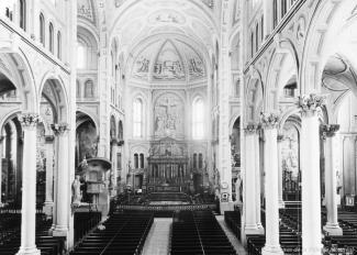 La nef de l'église du Gésu, à Montréal. On y voit l'ensemble de la nef, la chaire et une partie des bancs.