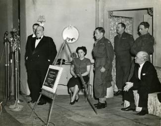 Gala de la 101e représentation de Tit-Coq au théâtre Gésu, en présence de Camillien Houde. On voit également sur la photo Juliette Huot, Gratien Gélinas, Clément Latour et Fred Barry.