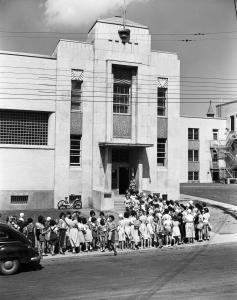Groupe de jeunes femmes devant le bâtiment abritant le bain Rosemont.