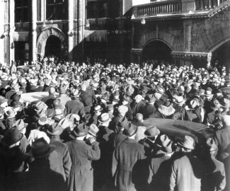 Une foule à l'extérieur d'une gare
