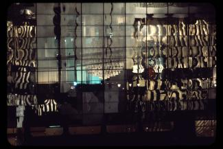 Gros plan sur la surface transparente du pavillon du Québec de nuit