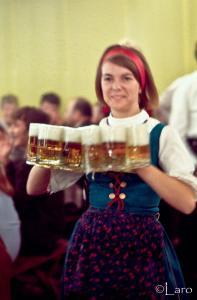 Serveuse du Beergarden tenant plusieurs verres de bière