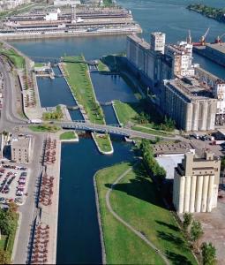 Photographie du canal de Lachine à vol d'oiseau, vu de l'ouest