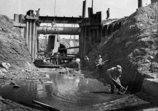 Photo en noir et blanc montrant des ouvriers qui travaillent à la construction d'un égout.