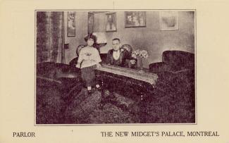 Carte postale montrant l'intérieur du parloir avec le comte et la comtesse