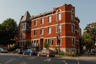 Photo montrant l'édifice du Centre de santé des femmes de Montréal.