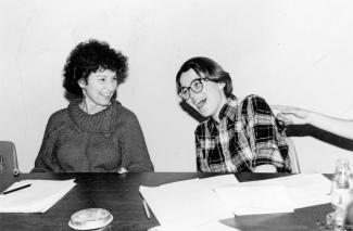 Aura Bizzarri et une autre femme assise, souriant.