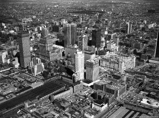 Vue aérienne de Montréal avec la gare et les chemins de fer, au centre.