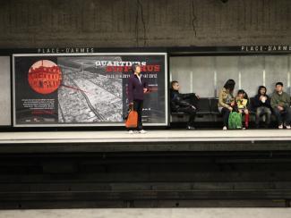 2012. Panneau annonçant l'exposition Quartiers disparus dans la station de métro Place-d'Armes.