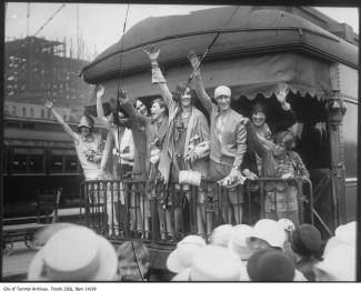 Huit femmes envoyant la main sur la plateforme d'un train.
