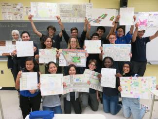 Des élèves posent fièrement avec leur carte personnelle de leur quartier
