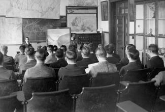 Groupe d'étudiants, vu de dos, dans la salle des sciences géographiques, immeuble rue Viger.