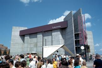 Vue d'ensemble du pavillon Labyrinthe avec une foule de visiteurs devant