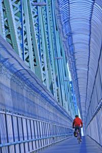 Cycliste roulant sur la piste multifonctionnelle du pont Jacques-Cartier