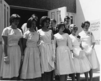 Six filles et trois garçons sur le parvis de l'église St Ansgar's.