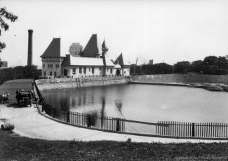 Photographie d'ensemble du réservoir McTavish et de l'usine de pompage.