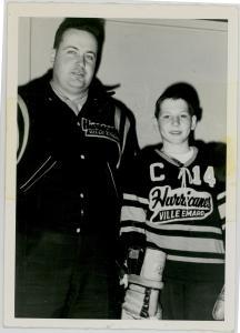 Ron Stevenson et un jeune joueur de hockey des Hurricanes