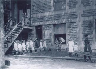 Dix enfants font la file devant le dispensaire Goutte de lait