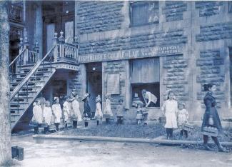 Dispensaire de la goutte de lait de l'Hôpital Sainte-Justine vers 1912.