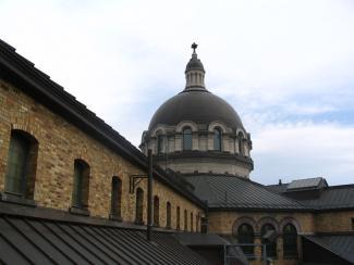 Photo montrant le dôme de la chapelle au centre de l'Établissement de détention de Montréal.
