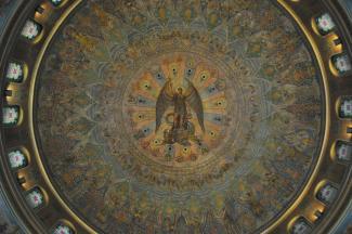 Fresque circulaire avec, au centre, un personnage ailé entouré d'une multitude d'anges.