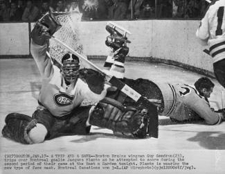 Le gardien de but des Canadiens de Montréal, Jacques Plante, en action lors d'une partie contre les Bruins de Boston le 17 janvier 1960.