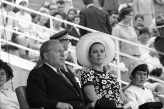 Pierre Dupuy accompagné par la princesse Grâce de Monaco et sa fille, la princesse Caroline