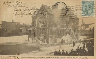 Carte postale montrant l'école Hochelaga incendiée avec les échelles des pompiers contre l'école et une foule à l'extérieur.