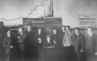 Édouard Montpetit et les étudiants de la troisième promotion de l'École des HEC dans une salle de classe.