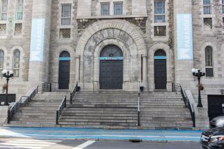 Gros plan sur l'entrée de l'église Notre-Dame-du-Perpétuel-Secours devenue le Théâtre Paradoxe.