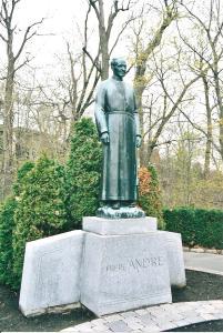 Photographie couleur de la statue du frère André avec des éléments naturels. autour.