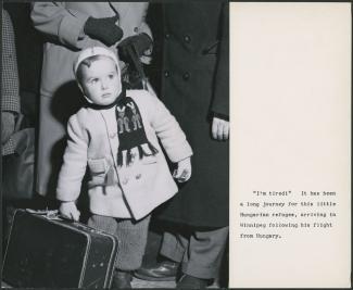 Cette photo présente un enfant tout juste arrivé en sol canadien. Nous pouvons lire : « « I'm tired » It has been a long journey for this little Hungarian refugee, arriving in Winnipeg following his flight from Hungary. »