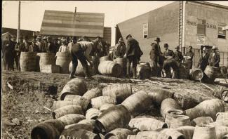 Barils d'alcool vidés de leur contenu lors de la prohibition en Ontario.