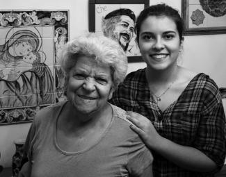 Photo en noir et blanc montrant une grand-mère et sa petite-fille en plan rapproché.