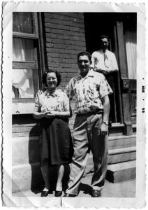 Berta et Domingo Reis avec un ami devant leur maison, rue de Bullion, Montréal, août 1955.