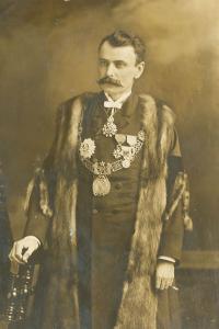 Le maire Honoré Beaugrand vers 1887 affublé de médailles et d'un costume d'apparat.