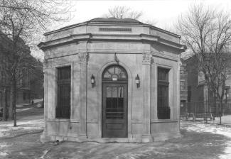 Photographie de la vespasienne (aussi connue sous le nom de «camillienne») du square Viger (aujourd'hui localisée au square Saint-Louis).