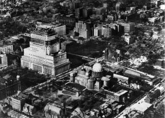 vue aérienne de la cathédrale Saint-James et construction de l'édifice Sun Life