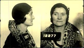 Photographie de profil et de face d'une femme portant un chapeau et un manteau dont le col est orné d'une fourrure à motif léopard.
