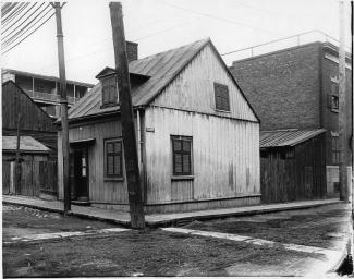 Maison de bois typique d'un milieu populaire. Au début du XXe siècle, la rue Barré se situe dans le Griffintown, quartier alors constitué de nombreux ouvriers d'origine irlandaise.
