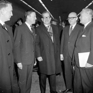 Photo de cinq hommes dont Daniel Johnson, Jean Drapeau et Jean Lesage lors de l'inauguration du pont-tunnel