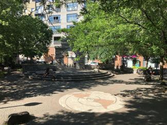 Photo couleur d'un petit parc urbain.