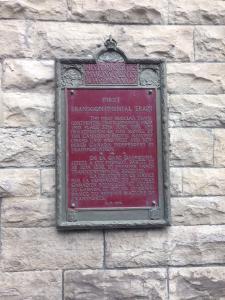 Plaque commémorant le premier train transcontinental sur l'édifice de l'ancienne gare Dalhousie