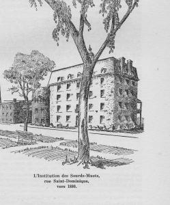 Dessin monochrome représentant un édifice de cinq étages, au toit mansardé, bordé par des arbres