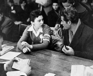 Issue des archives du gouvernement canadien, cette image illustre l'accueil réservé aux réfugiés hongrois par les agents gouvernementaux.
