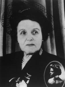 Irma LeVasseur lors du 50e anniversaire de son accession à la pratique médicale et en médaillon lorsqu'elle était plus jeune